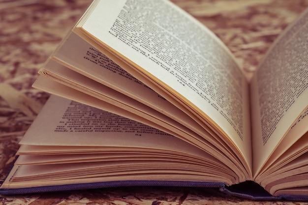 Libro abierto con efecto de filtro retro estilo vintage