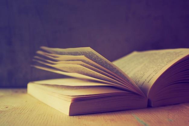 Libro abierto con filtro antiguo
