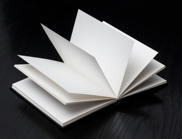Libro abierto en negro