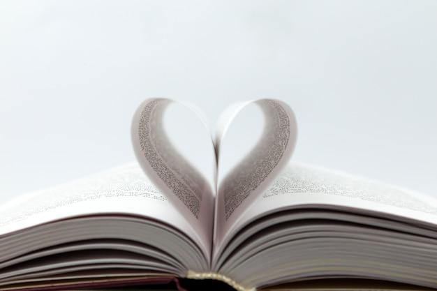 Libro abierto con página de corazón