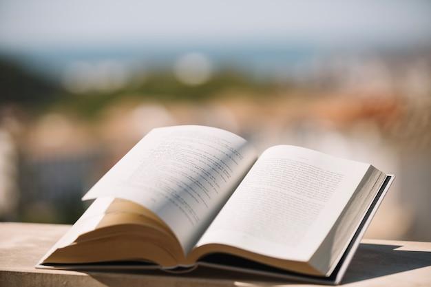 Libro abierto en repisa