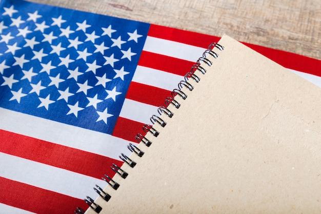 Libro abierto sobre bandera americana.