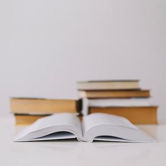 Libro abierto sobre fondo blanco