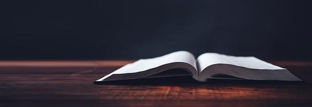Libro abierto sobre fondo de escritorio de madera