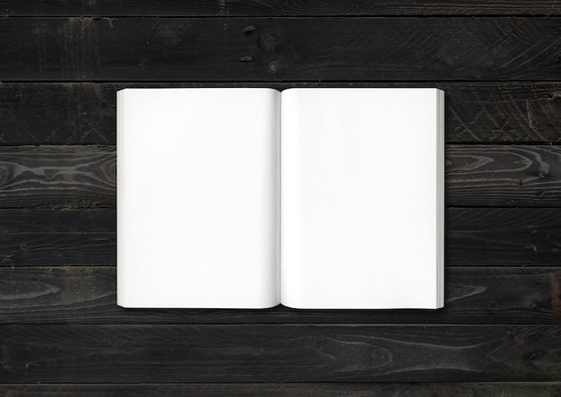 Libro abierto sobre fondo de madera negra
