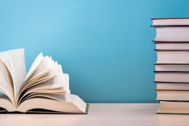 El libro está abierto, sobre la mesa, las hojas extendidas como un abanico.