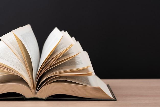 El libro está abierto sobre la mesa.