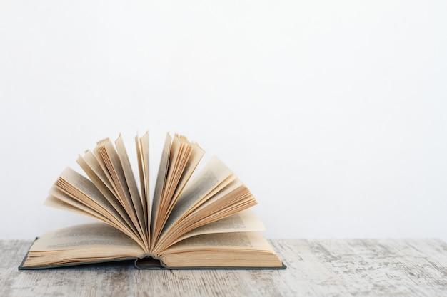 Libro abierto sobre una superficie de madera, el concepto de educación y formación.