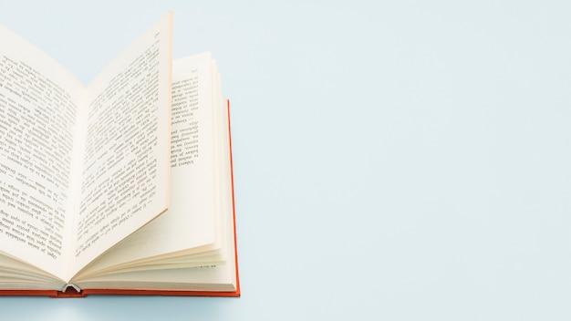 Libro abierto de tapa dura con espacio