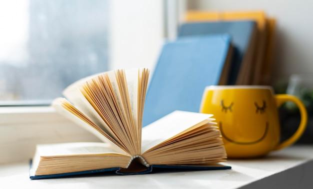 Libro abierto y taza sonriente