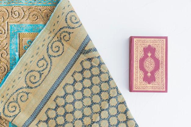Libro y alfombra del corán
