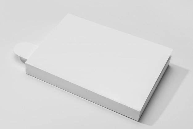 Libro de alta vista con marcador y sombras