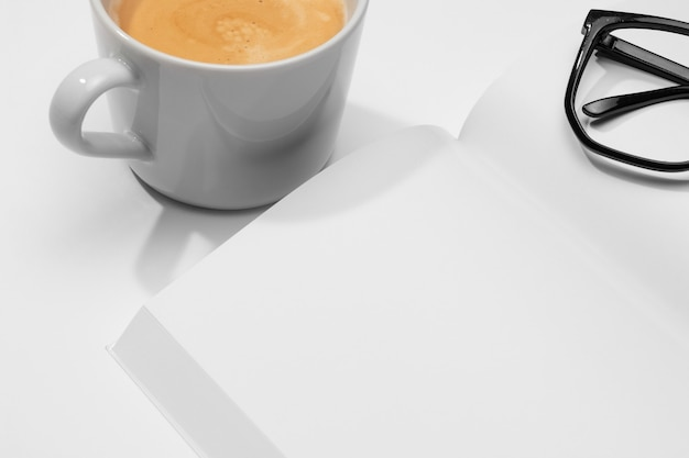 Libro de alta vista y taza de café