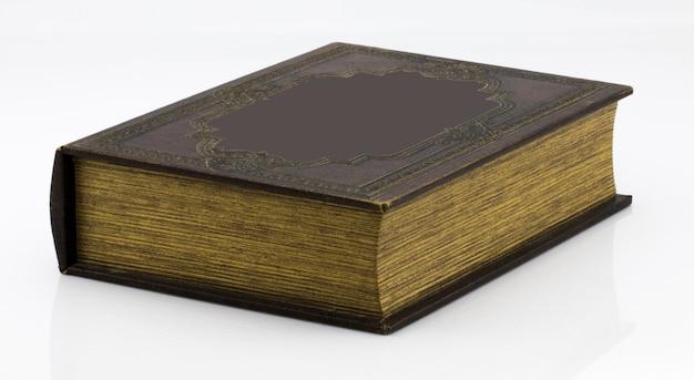 Libro antiguo aislado sobre un fondo blanco.