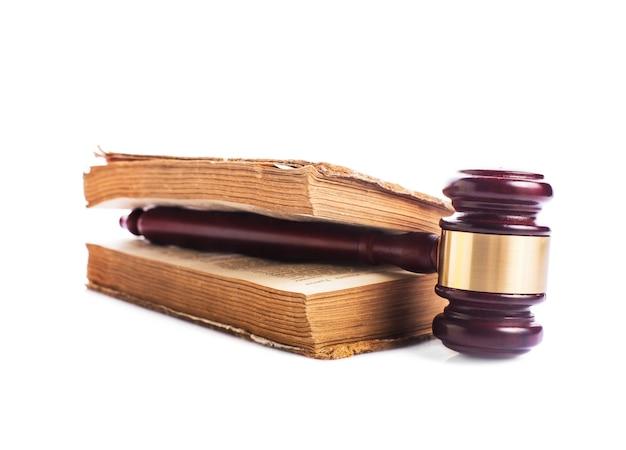 Libro antiguo y mazo de madera - concepto de jastice