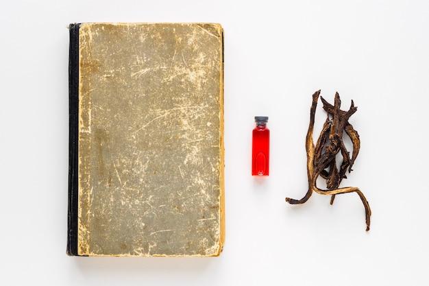 Libro antiguo y otros atributos de magia, adivinación y ocultismo.