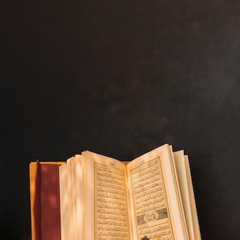 Libro árabe abierto en negro