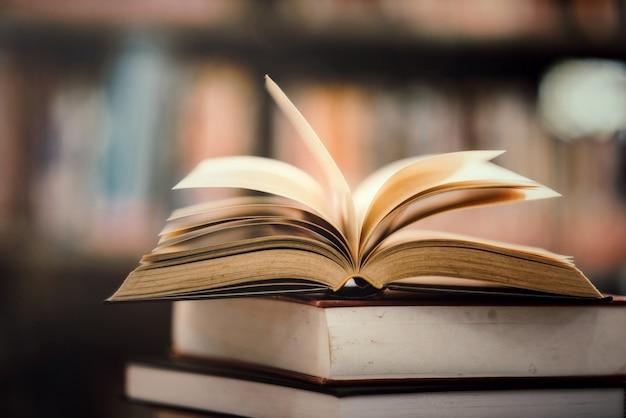 Libro en biblioteca con libro de texto abierto.