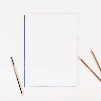Libro blanco con lápices