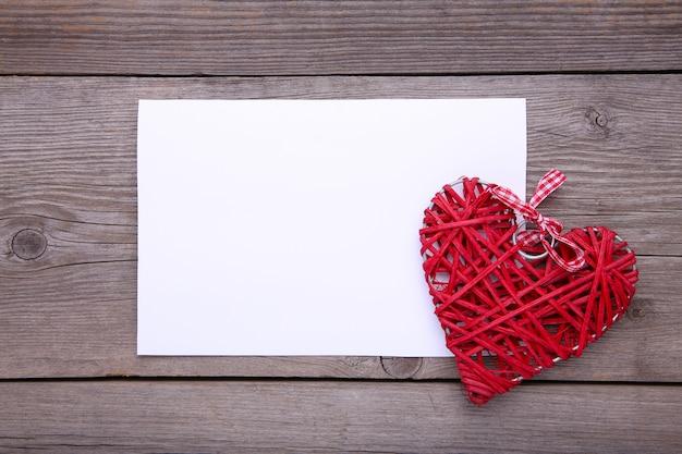 Libro blanco con corazón rojo sobre fondo gris