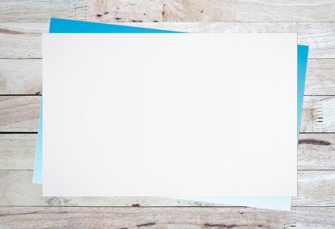 Libro blanco en blanco sobre fondo de madera vieja para la entrada de texto