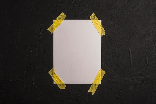 Libro blanco en blanco sobre muro de hormigón
