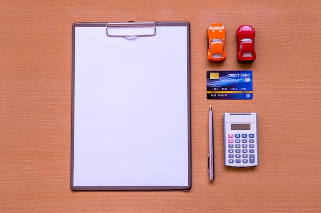 Libro blanco formulario de automóvil con modelo y documento de política