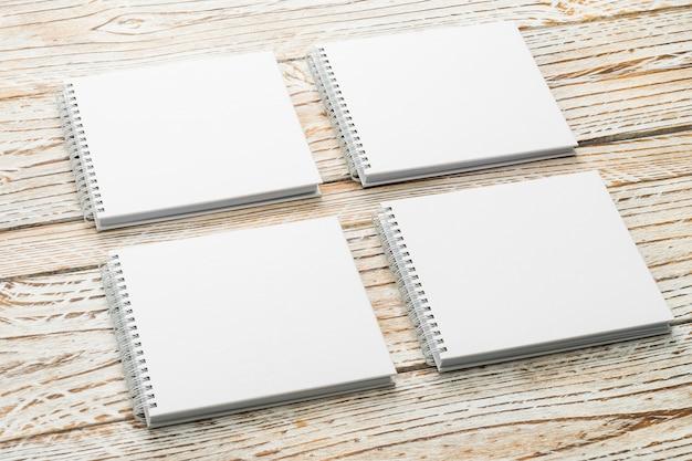 Libro en blanco imitan para arriba sobre fondo de madera