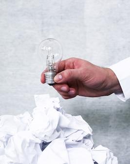 Libro blanco en la papelera