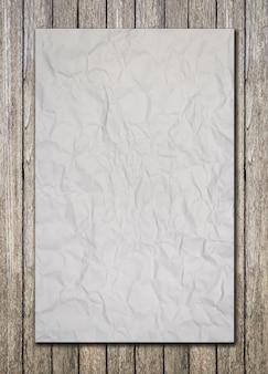 Libro blanco sobre piso de madera