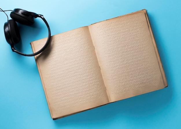 Libro en braille sobre fondo azul vista superior