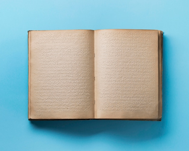 Libro braille de vista superior sobre fondo azul