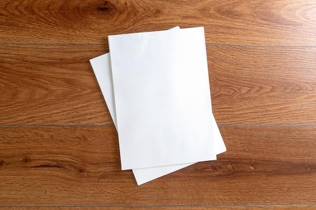 Libro de catálogos de catálogos de retratos en blanco maqueta en revistas de identidad de marca de madera