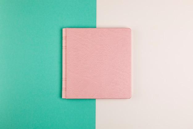 Libro cerrado plano con fondo colorido