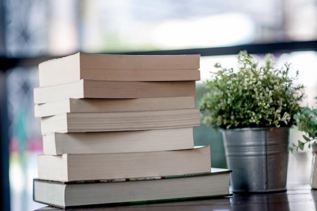 Libro colocado en el escritorio muchos libros