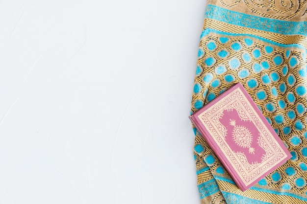 Libro del corán y alfombra tradicional