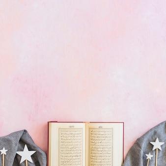 Libro del corán y decoración de estrellas