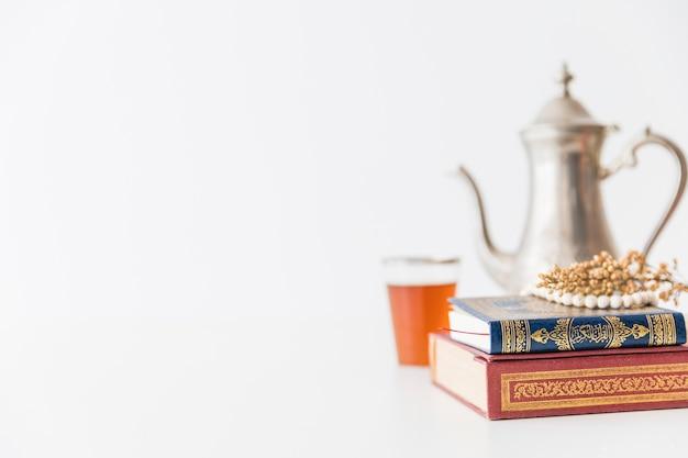 Libro de corán y juego de té