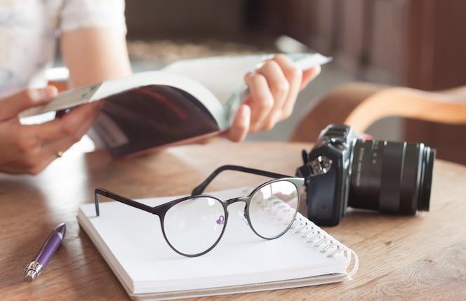Libro de lectura de mujer en cafetería