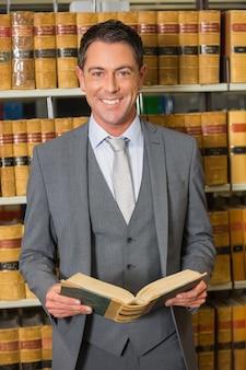 Libro de lectura del abogado en la biblioteca de la ley en la universidad