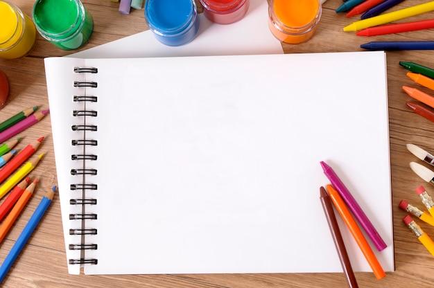 Libro de escritura escolar y colores