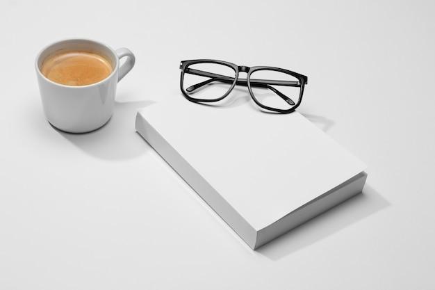 Libro de espacio de copia de alta vista con café y vasos