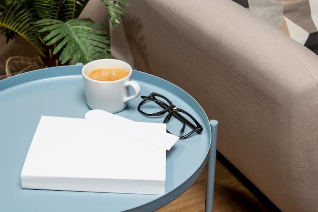 Libro de espacio de copia de alta vista sobre la mesa en el interior