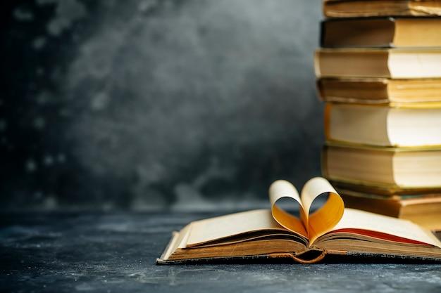 Libro de estudio educado. fondo de biblioteca y diccionario. estudiar estudiantes en universidades y colegios, escolares en la escuela y el concepto de aprendizaje a distancia en el hogar