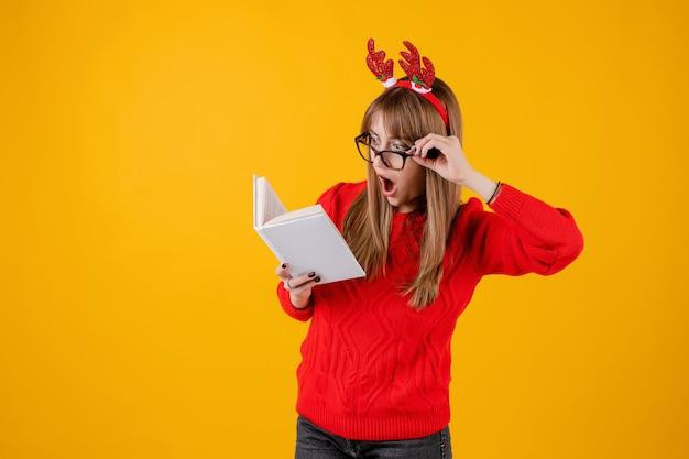 Libro de explotación inteligente chica divertida con copia espacio cubierta lectura con gafas