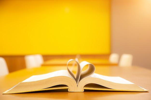 Libro en forma de corazón símbolo de amor o 14 de febrero día de san valentín backgroung.