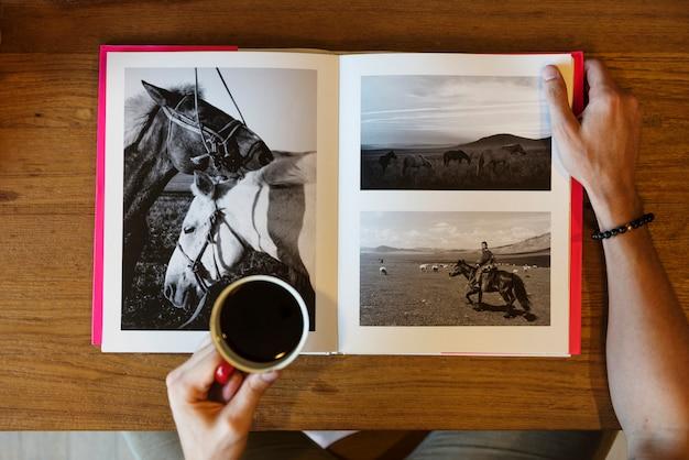Un libro de fotografía de caballos.