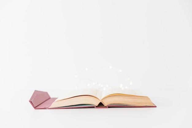 Libro y guirnalda del corán abierto