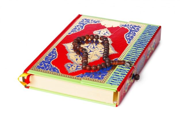 Libro islámico sagrado corán y cuentas en el fondo