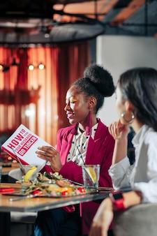 Libro de lectura africanamerican hermosa mujer con accesorios brillantes libro de lectura